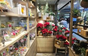 店舗奥の棚、プリザーブドフラワーなどギフト商品が豊富に並びます
