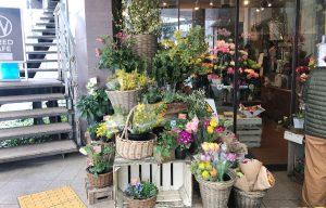 五反田駅の改札を出て10秒!ブーケや季節の花が駅の西口を彩ります。