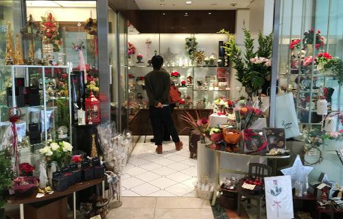 厳選されたバラが並ぶ、高級感ある店構え