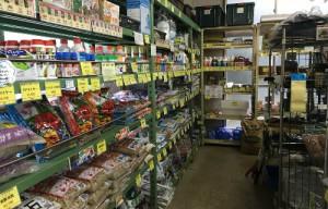 スチール棚には用土や肥料、薬剤など幅広い品揃え